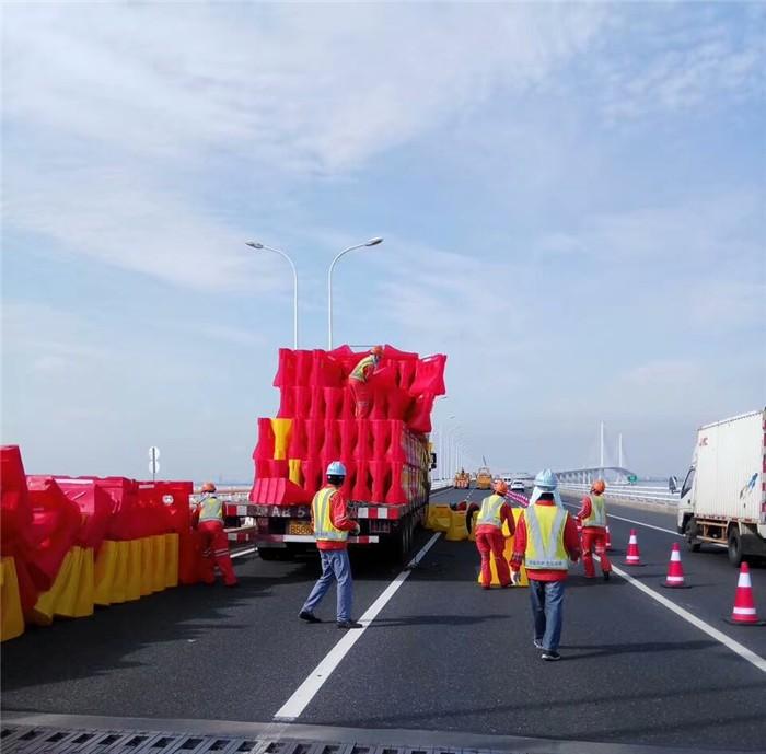 上海滾塑水馬隔離墩 高速公路防撞桶路障廠家直銷