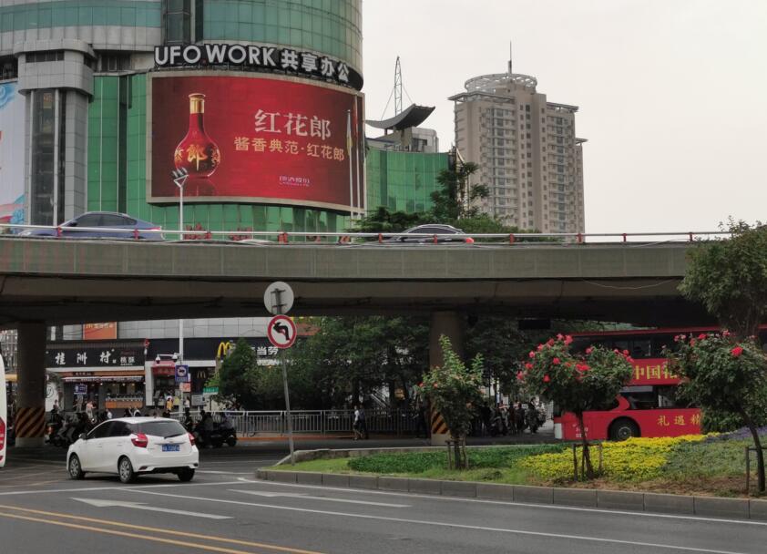 郑州紫荆山百货大楼LED大屏广告迎新春 价格大放送