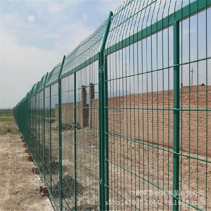 厂家供应包塑铁线护栏网 8cm*16cm公路护栏网铁丝网定制护栏网;